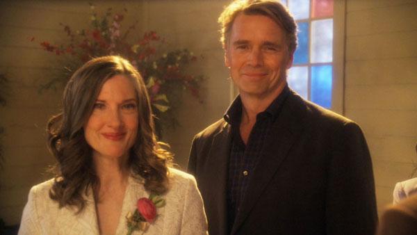 Smallville - Martha Kent (รับบทโดย Annette O'Toole) และ Jonathan Kent (รับบทโดย John Schneider)