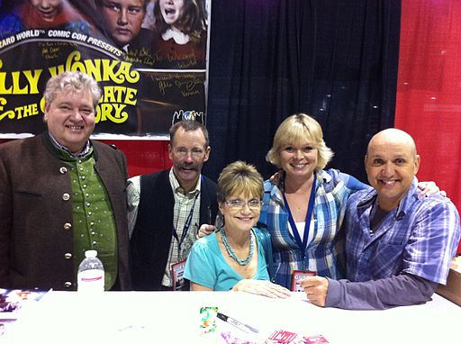 Child_cast_of_Willy_Wonka_&_the_Chocolate_Factory_at_the_2011_Wizard_World_Chicago