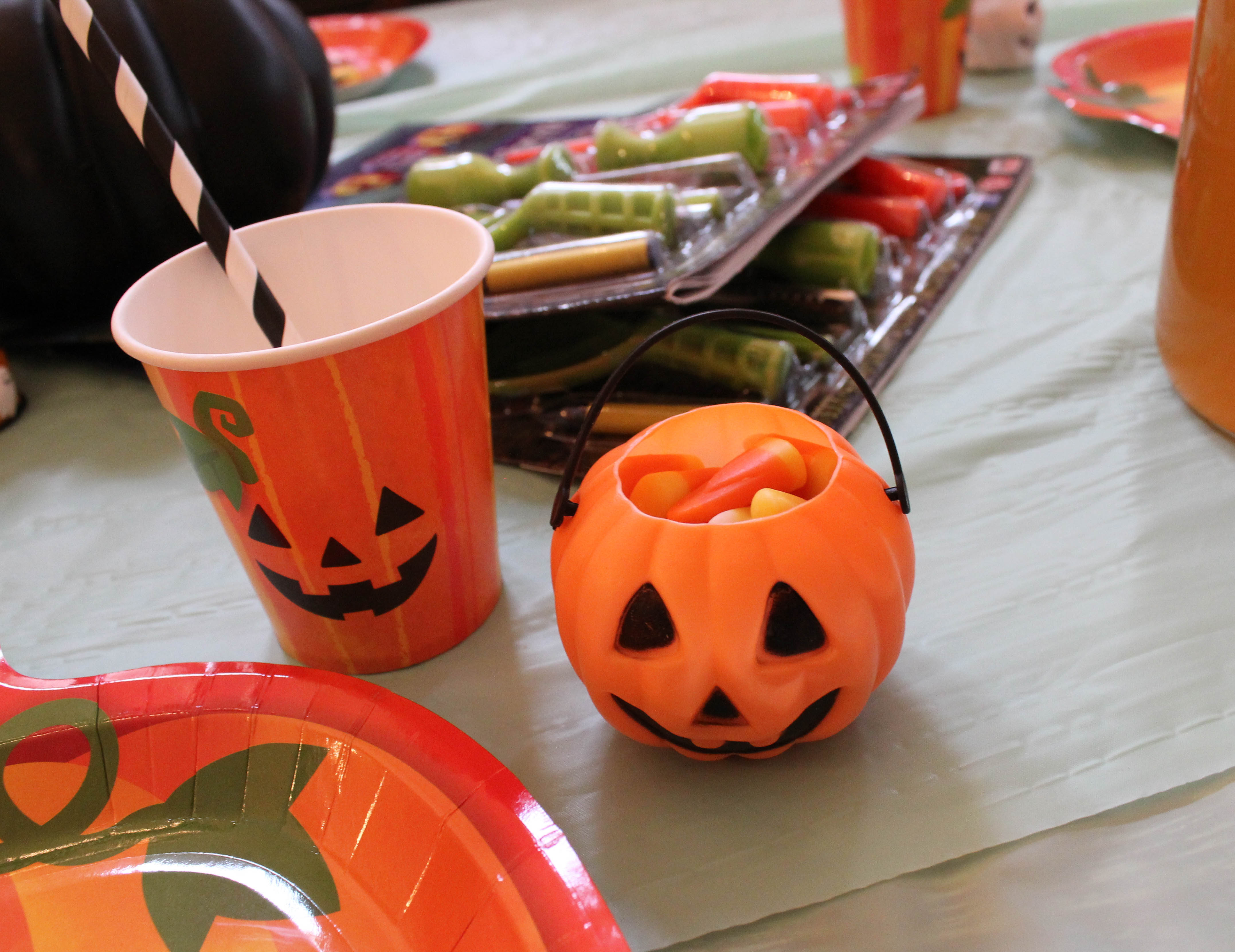 pumpkin-carving-party-costumes-kids-halloween-25