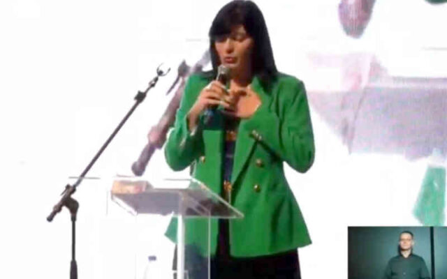 Fernanda brum canta hino