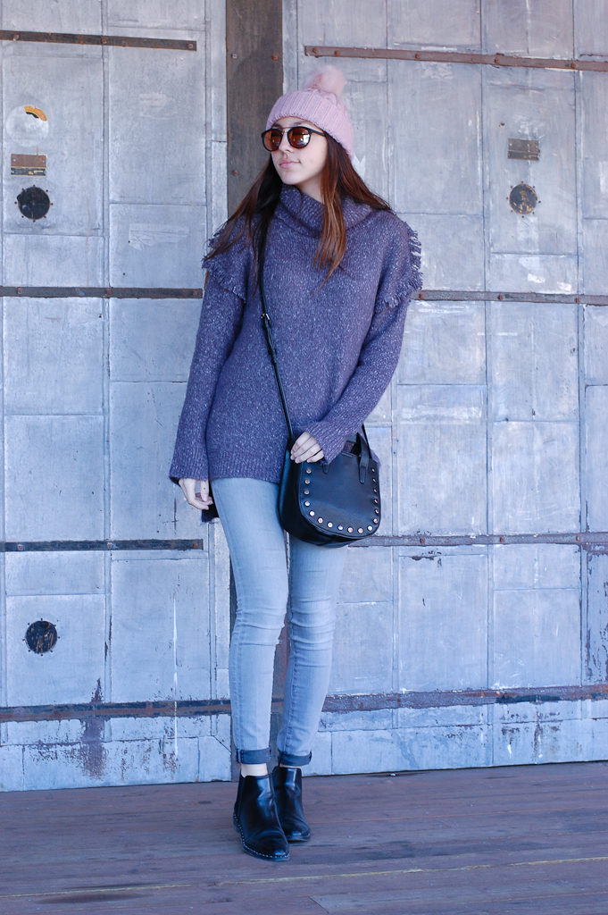 Frayed sweater Gray jeans front