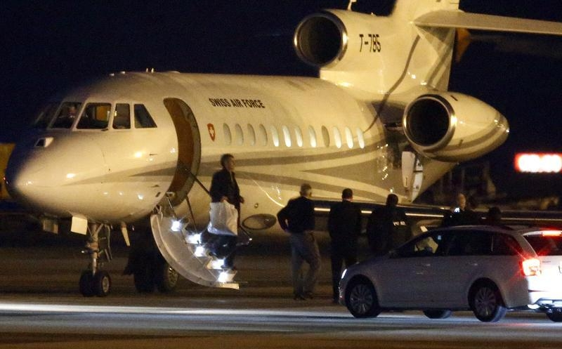 People walk off a plane carrying three Iranian-Americans, who left Tehran under a prisoner swap, after it landed at Cointrin airport in Geneva, Switzerland January 17, 2016. REUTERS/Denis Balibouse - RTX22RNX