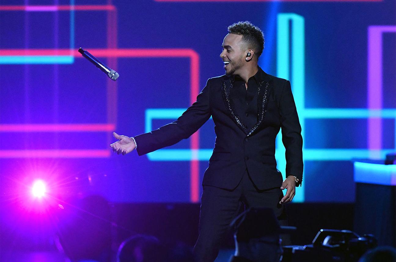 """Ozuna le canta a Juanes """" La Camisa Negra"""" – Latin Grammys 2019"""