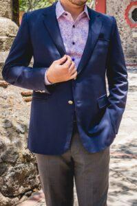 Blazer azul con camisa de fantasía