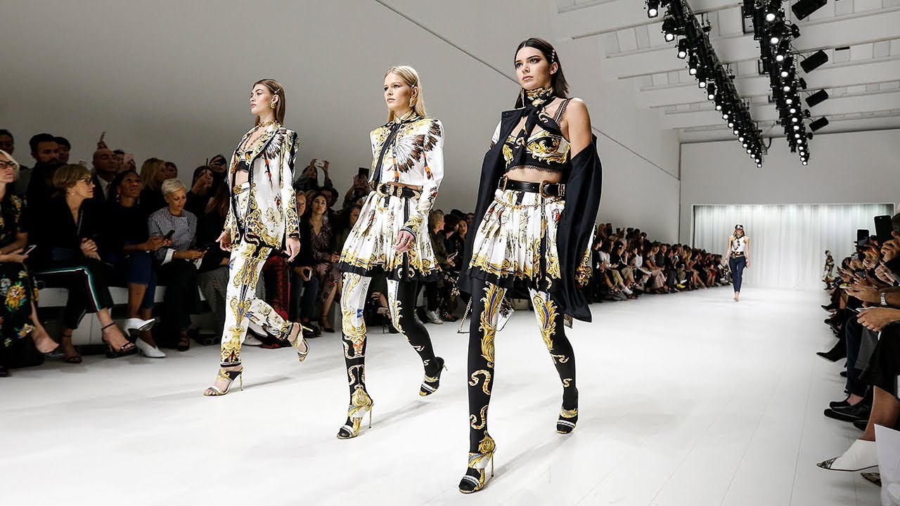 International Fashion Week Paling 'WOW'!
