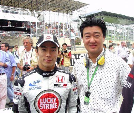 Takuma Sato ao lado do editor da revista HG quando corrida na F-1 na equipe BAR-HONDA. Foto: Amauri Yamazaki