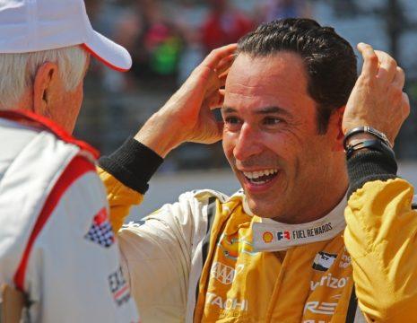 O brasileiro H?lio Castroneves chegou em segundo ap?s tentar ultrapassar Takuma Sato a duas voltas do final. Foto: Hires - Indycar