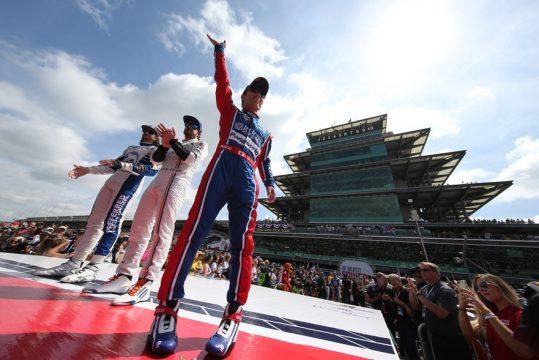Takuma Sato e Fernando Alonso durante a apresenta??o dos pilotos. Foto: Jose Skibinski - Indycar