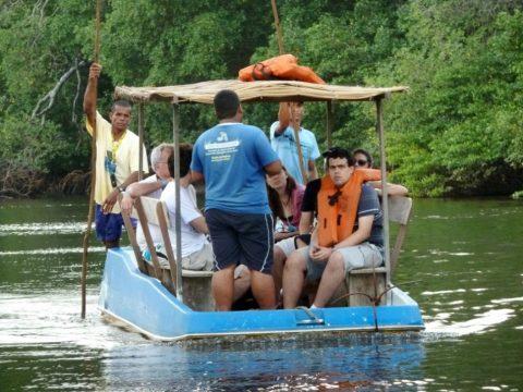 A visitação ao peixe boi é realizada em barcos sem motor para não correr o risco de machucar os animais. Foto: Amauri Yamazaki