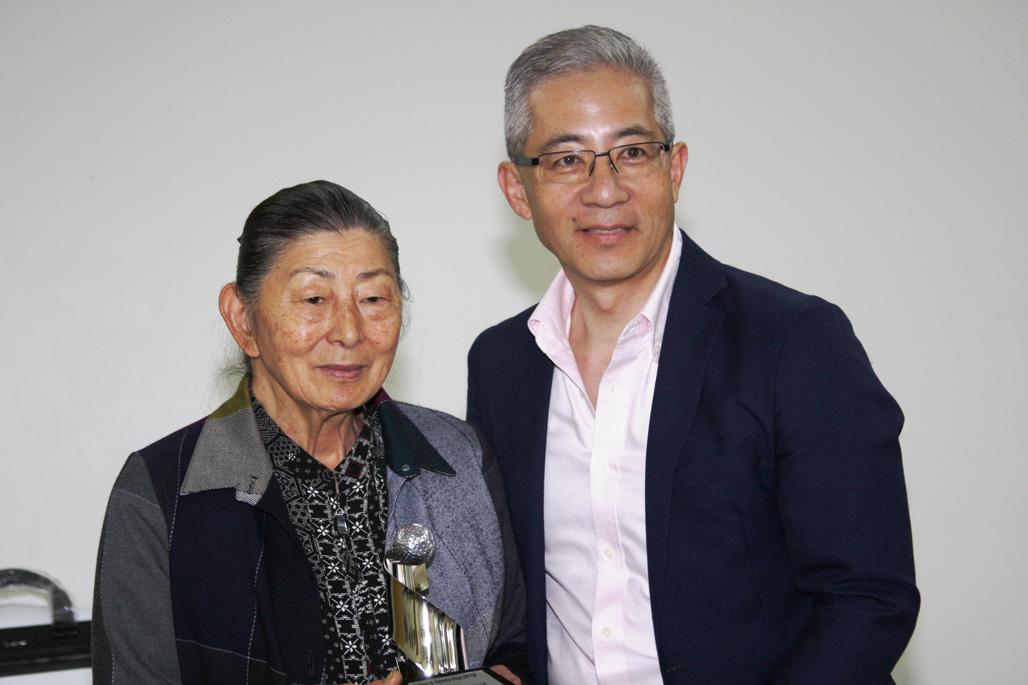 Midori Watanabe (esquerda) recebe premiação na categoria feminina B. Foto: Amauri Yamazaki