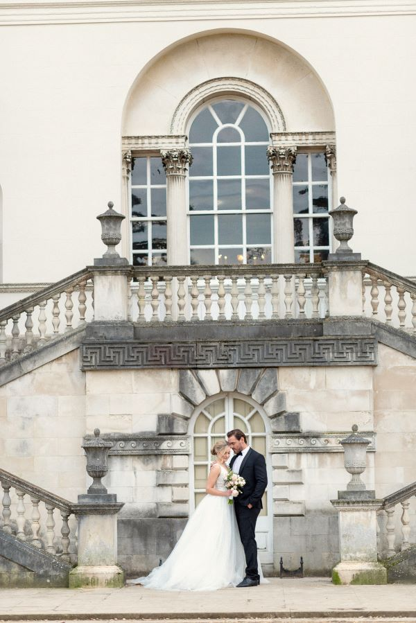 bride and groom outside Chiswick House