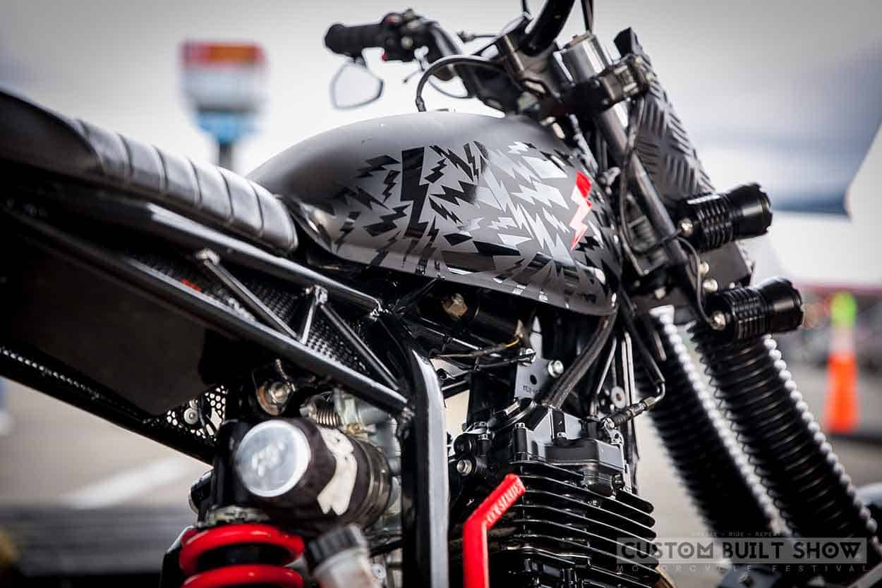 Honda XR 400R por Ace Custom Shop lado tanque