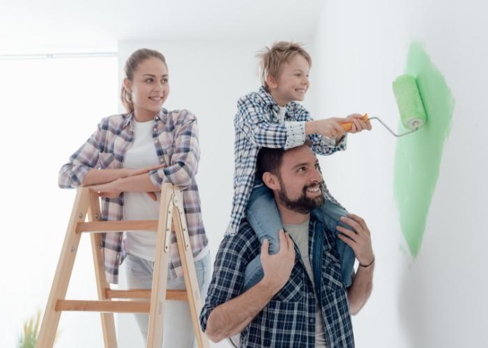 niño pintando habitación