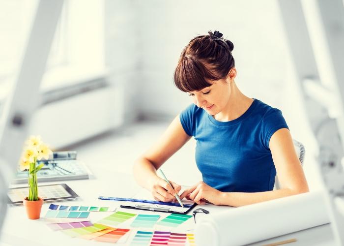 diseñadora de interiores trabajando