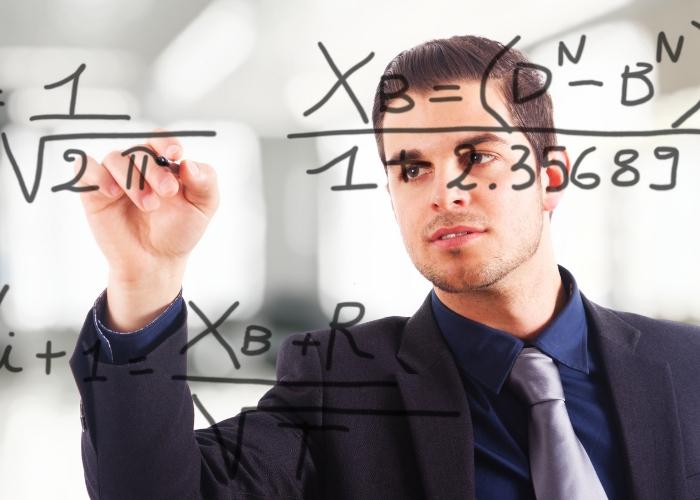 hombre escribiendo formulas matematicas en el pizarron