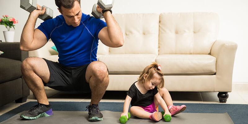 Padre e hija entrenando juntos