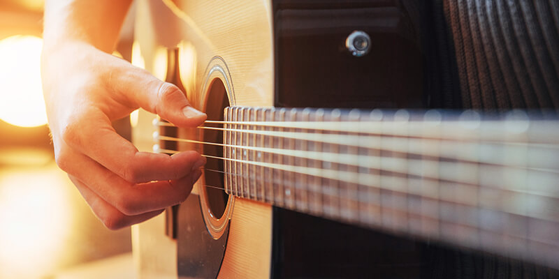 Uno de mis propósitos de año nuevo es aprender a tocar guitarra y necesito al mejor