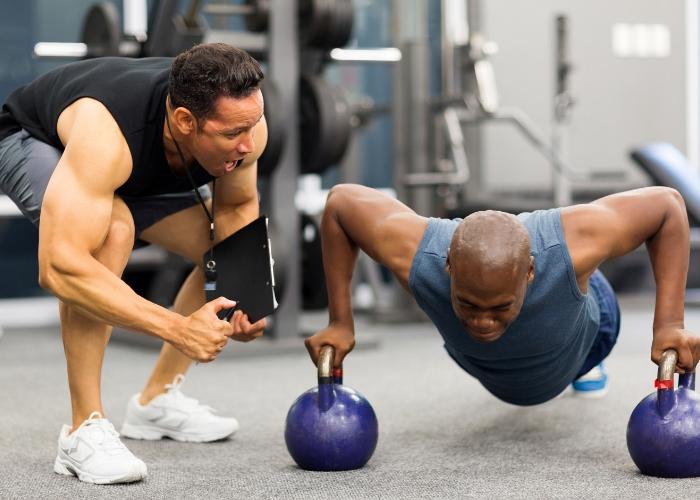 entrenador personal motivando a un hombre