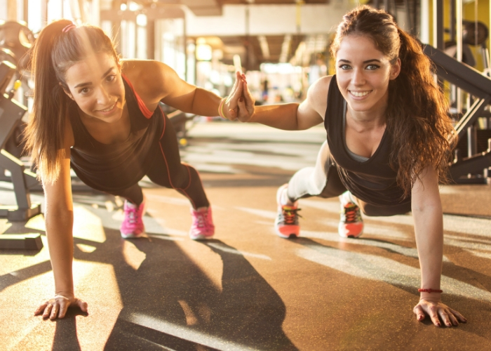 mujeres entrenando juntas