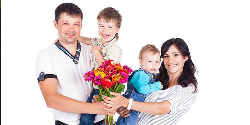familia con niños y flores