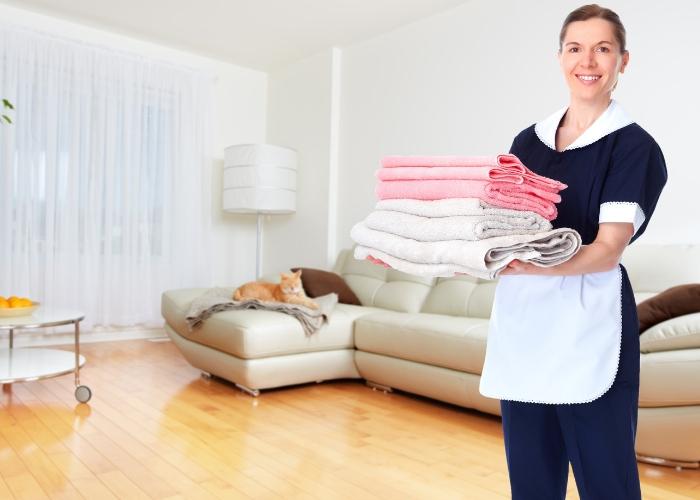 señora de la limpieza haciendo sus deberes