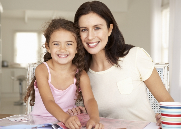 mama e hija forrando libros