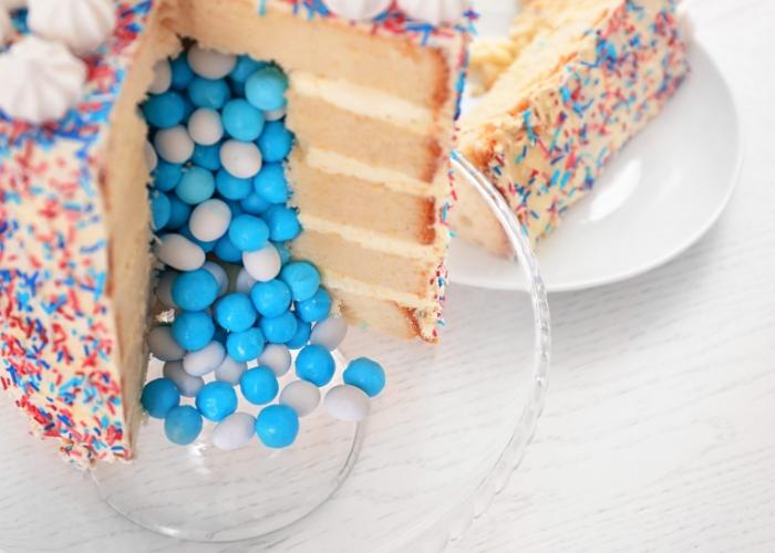 pastel relleno de bolitas de color azul y blanco