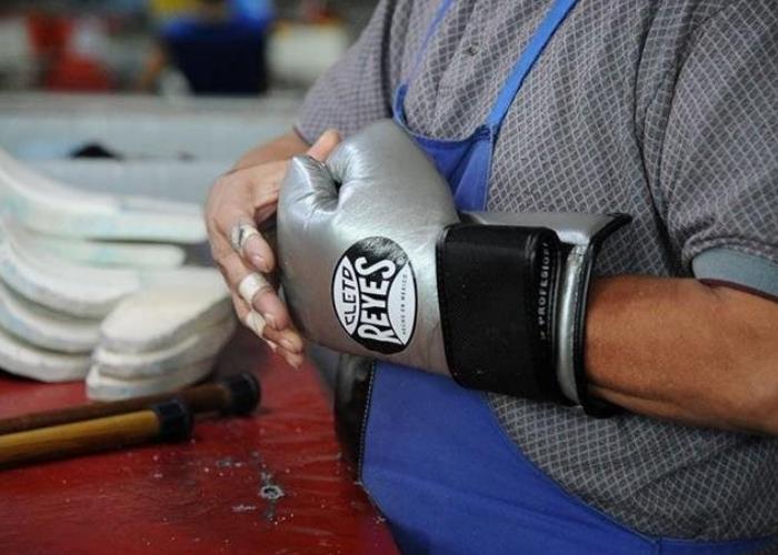 señor probandose unos guantes de box