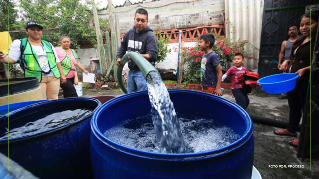 personas recolectando agua con pipas