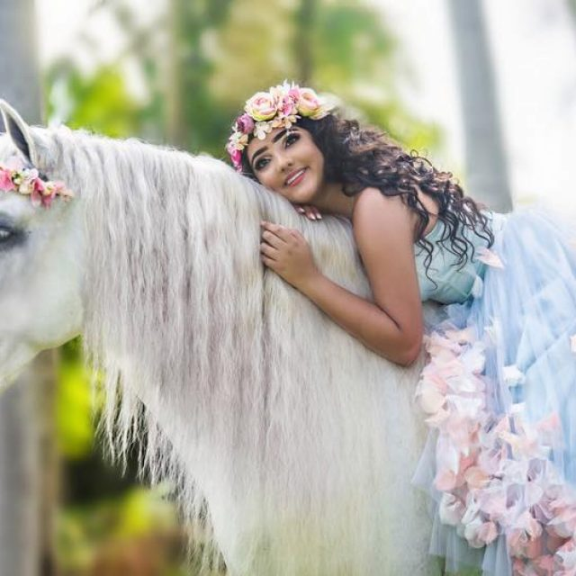 Una hermosa Quinceañera, ¡A caballo!
