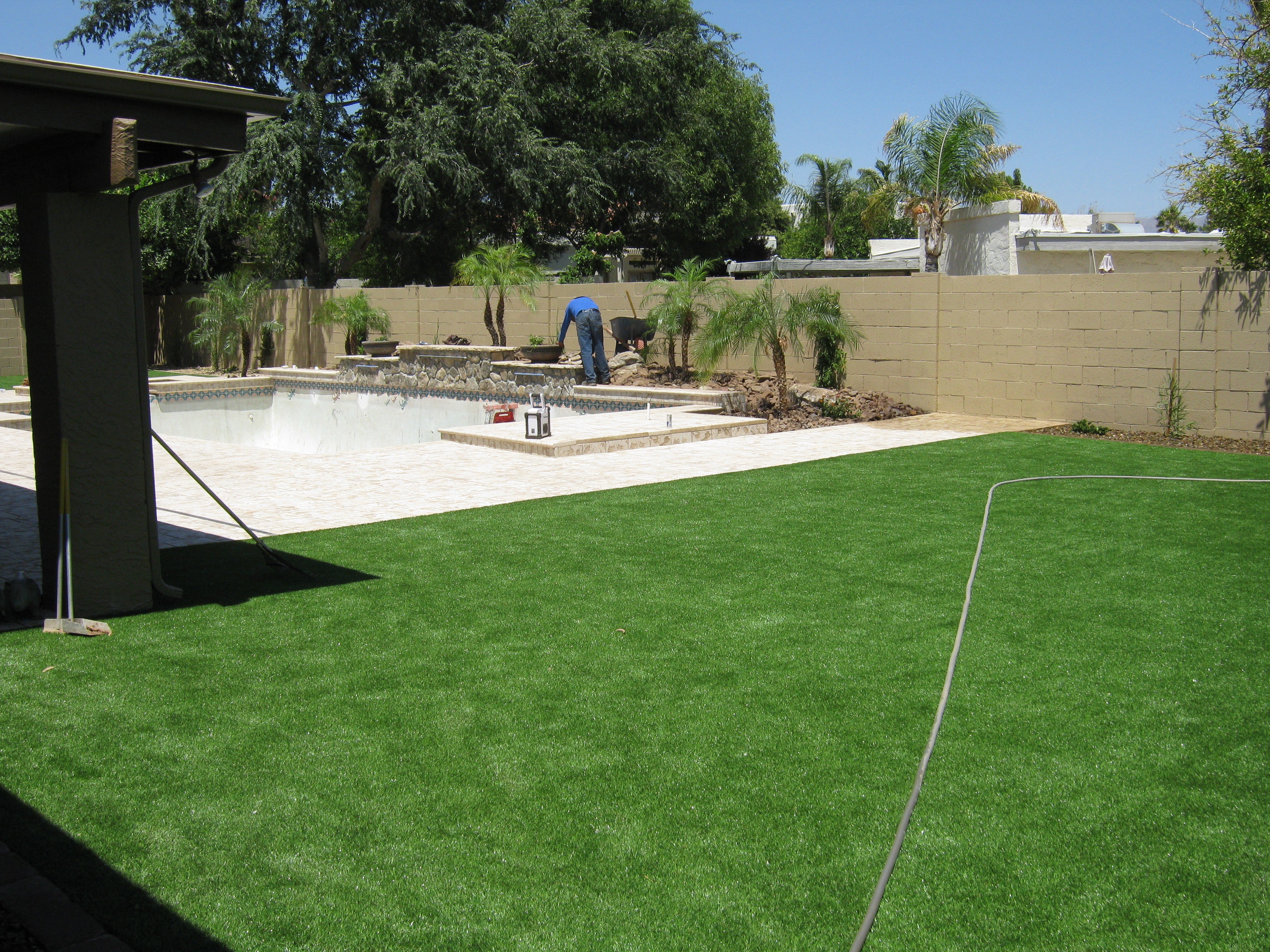 pool-landscape-turf-zoom-in-on-water-feature-crop