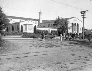 The new Commodore Sloat school building, with Junipero Serra Boulevard in front, 1927.
