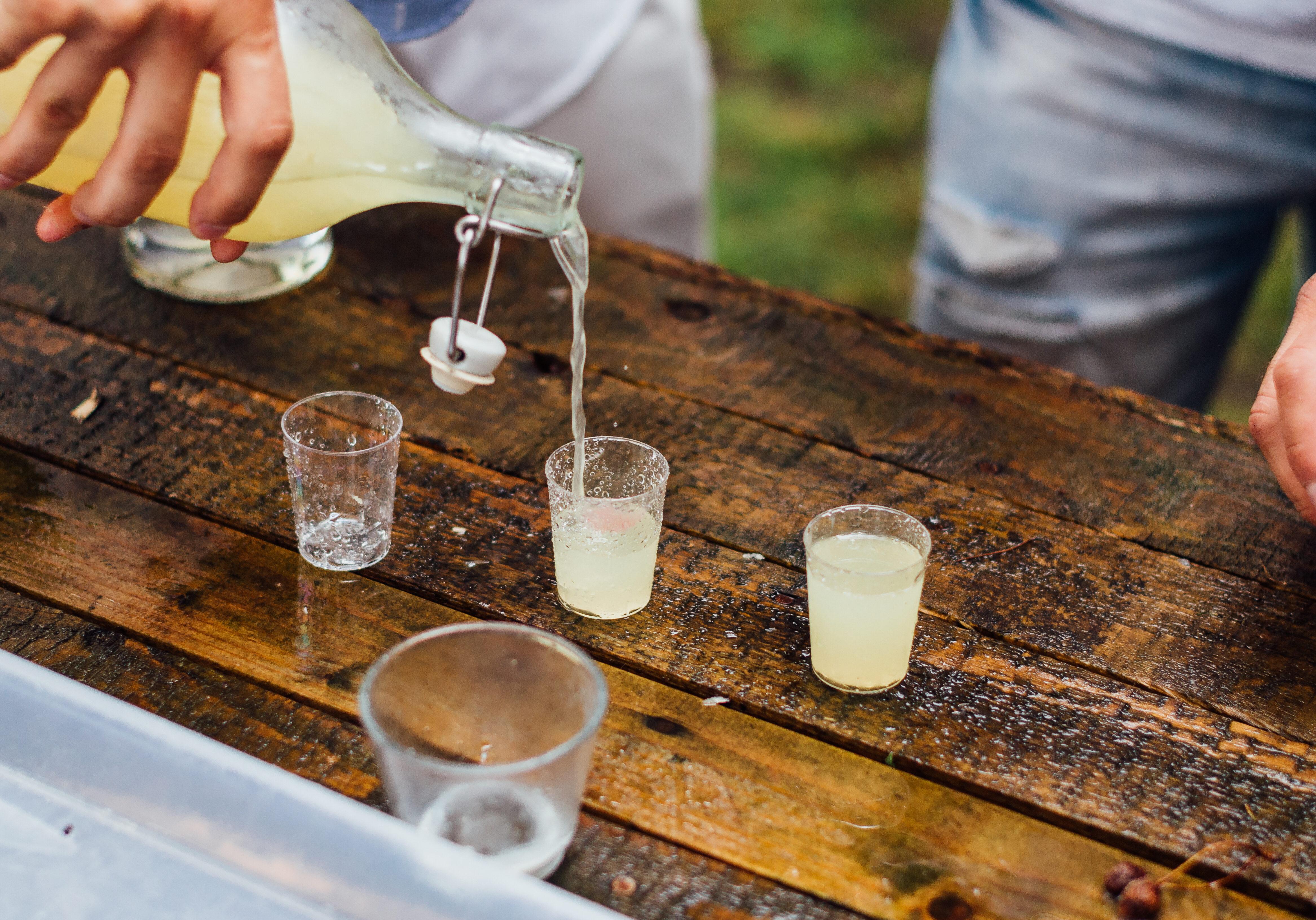 picie wódki z kieliszka, cytrynówka
