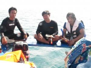 Eisata Pulau Pramuka Pemandu snorkling dan peserta sedang istirahat