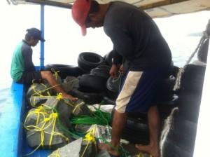 Fishing-Mancing.com menyiapkan batu pemberat untuk rumpon pemikat ikan. Call 0818828526