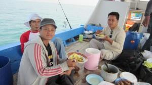 Team CVC menikmati menu pindang kuning di KM Bintang Fajar | Fishing-mancing.com