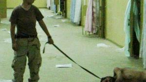 La prisión de Abu Ghraib: la soldado Lynddie England con uno de los presos iraquíes torturados.