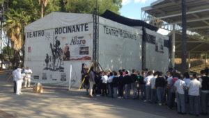 Niños de la primaria Héroes de NAcozari, de la colonia del Fresno, llegan a la función inaugural de Rocinante en Guadalajara, en la Explanada 18 de Marzo. Foto: ÁgoraGDL.