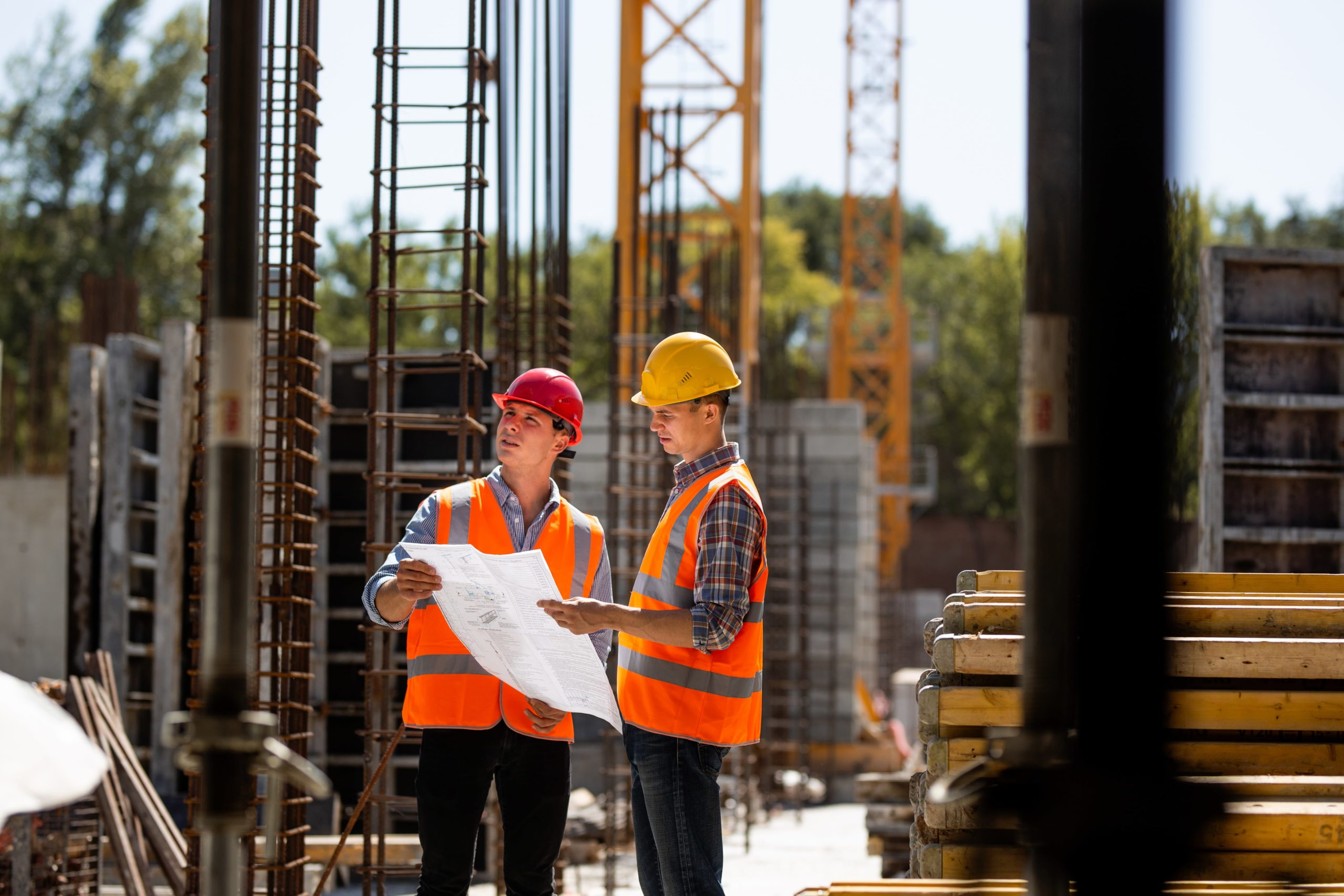 construction-manager-and-engineer-dressed-in-7DPAR8H-min