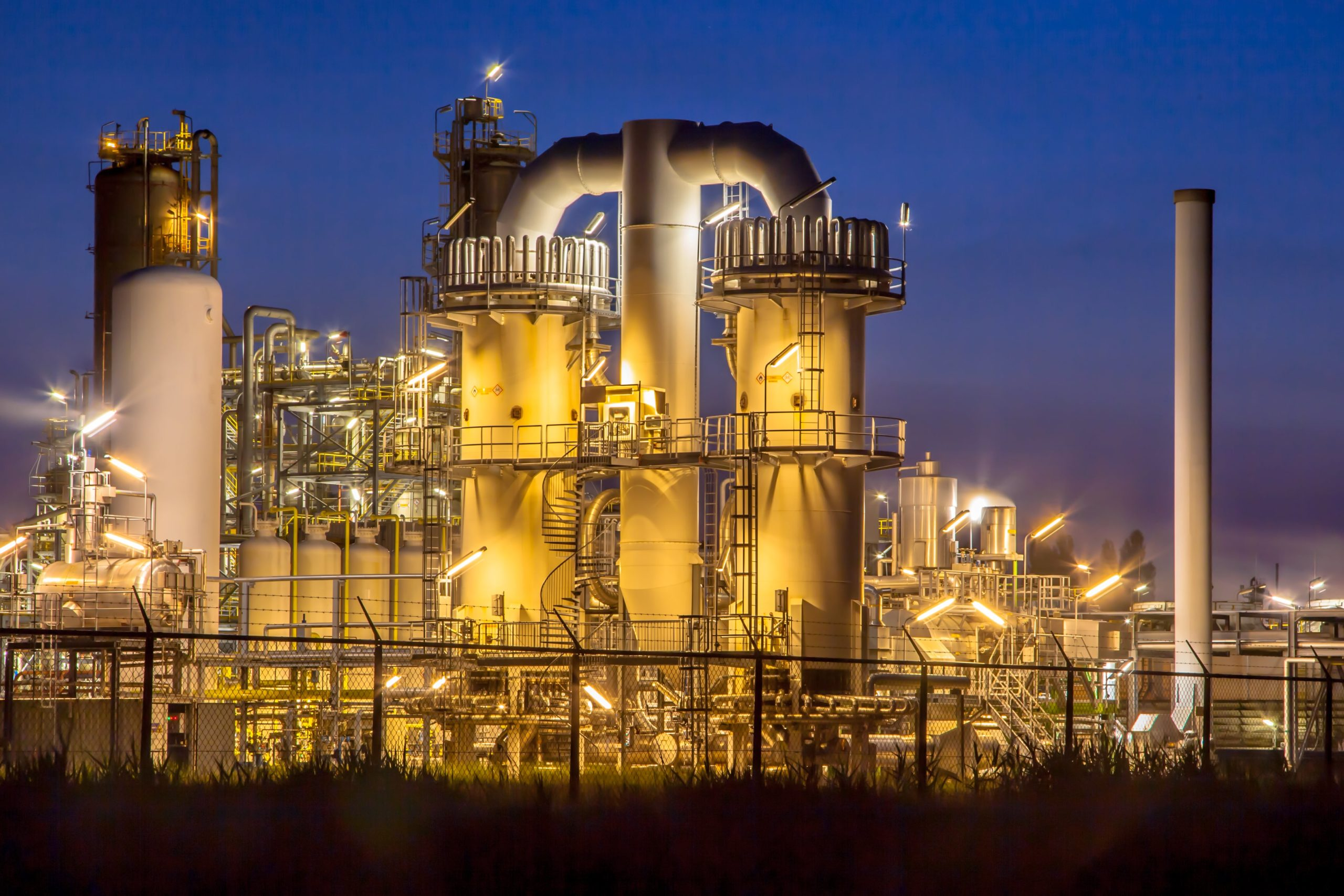 heavy-industrial-chemical-factory-at-night-PNU7XAK-min