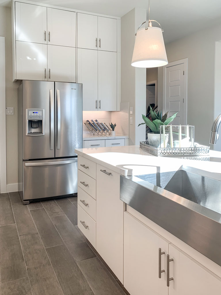 Kitchen side view in EVRGRN Luxe textured white with 3-piece doors