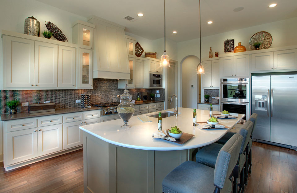 Burrows Cabinets kitchen with Shaker Vent Hood in Ecru