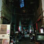 「奉咖啡」台中忠信市場、薄暗がりを照らす灯りに猫が飛ぶ秘密基地