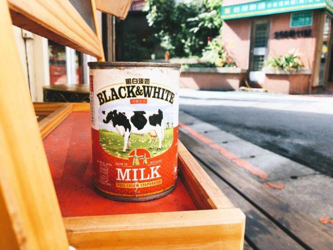 行運冰室 入口黑白淡奶缶