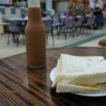 「瑞記咖啡」 香港・上環 市場のフードコートで、おとなの瓶入りアイスミルクティー