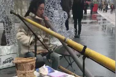 Didgeridoo street player in Toronto