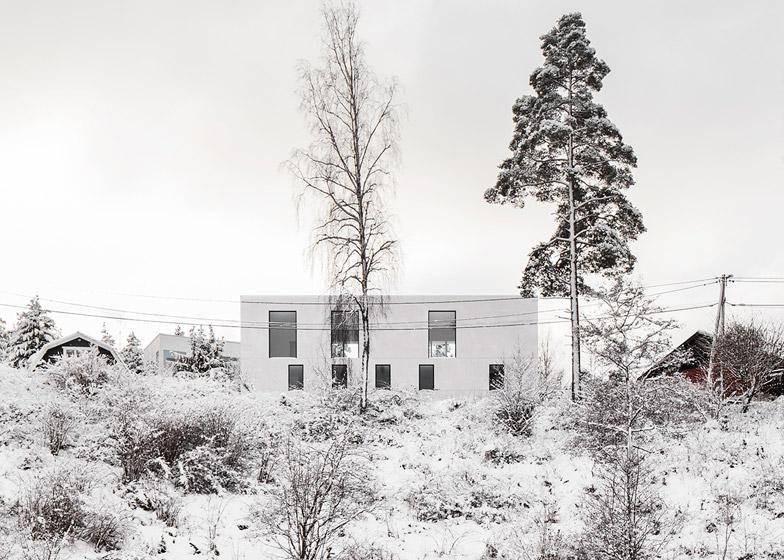 Villa-Mortnas-by-Fourfoursixsix-Architects_dezeen_784_3