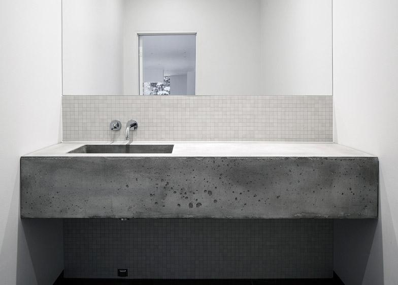 Villa-Mortnas-by-Fourfoursixsix-Architects_dezeen_784_5