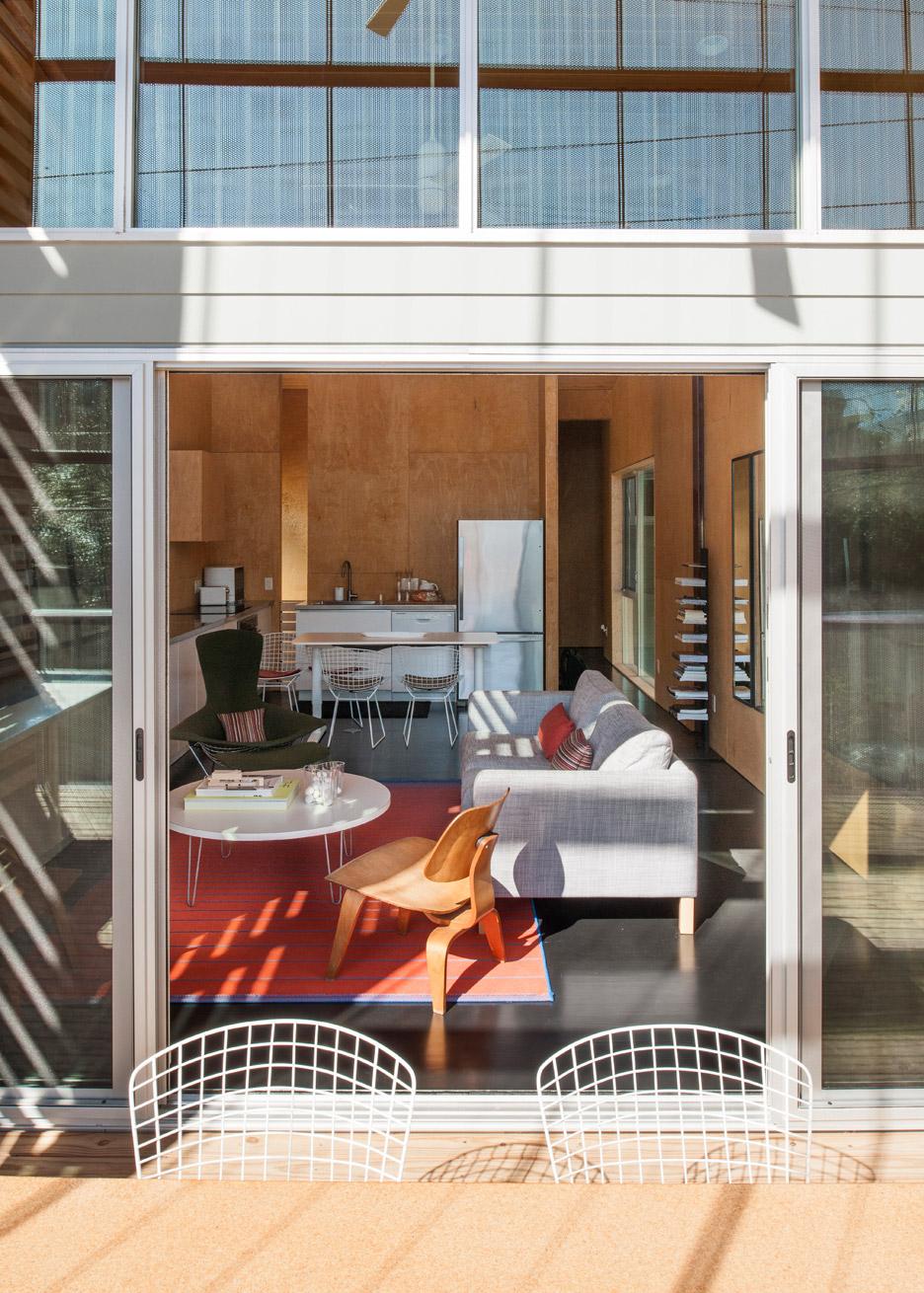 shotgun-chameleon-zdes-sustainable-house-timber-texas_dezeen_936_11