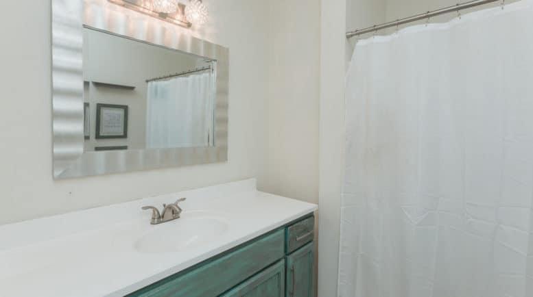 Halfway mens treatment houses in Murfreesboro TN - Threshold-Recovery Bathroom area